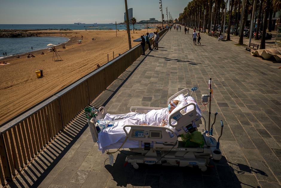 60-летний Франциско Эспанья на берегу моря в Барселоне. Он провел 52 дня в реанимации из-за коронавирусной пневмонии; врачи впервые разрешили ему провести десять минут на воздухе в ходе восстановительной терапии. Сентябрь 2020 года
