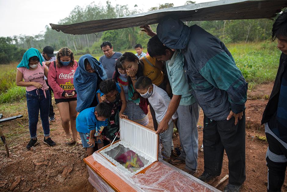 Родственники у гроба 88-летней перуанки, которая умерла после болезни с симптомами, похожими на коронавирусные