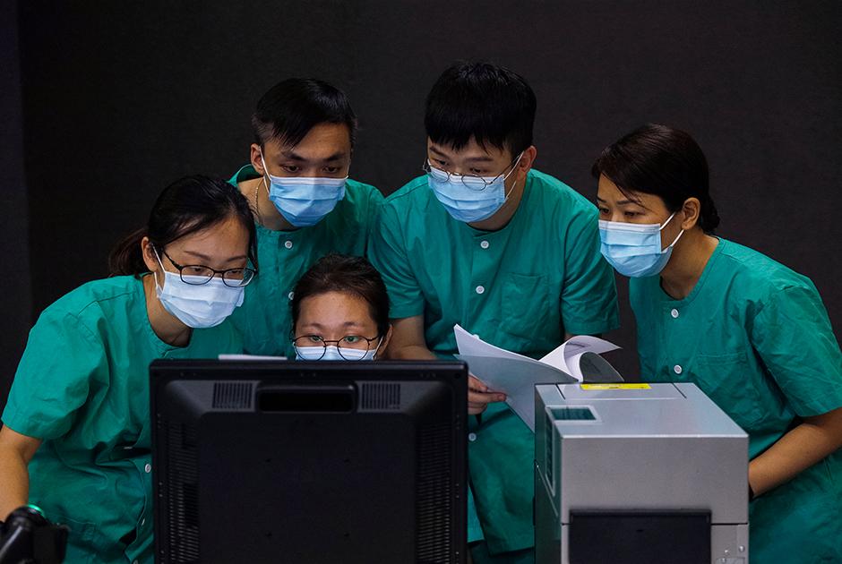 Медработники готовятся к открытию временного полевого госпиталя в выставочном центре  Asia World Expo в Гонконге, август 2020 года