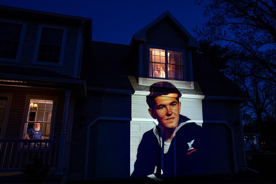 Проекция фотографии американского ветерана Стефана Кулига, умершего от COVID-19 в возрасте 92 лет, на доме его дочери