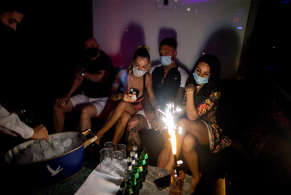 Люди в масках в ночном клубе в Мадриде