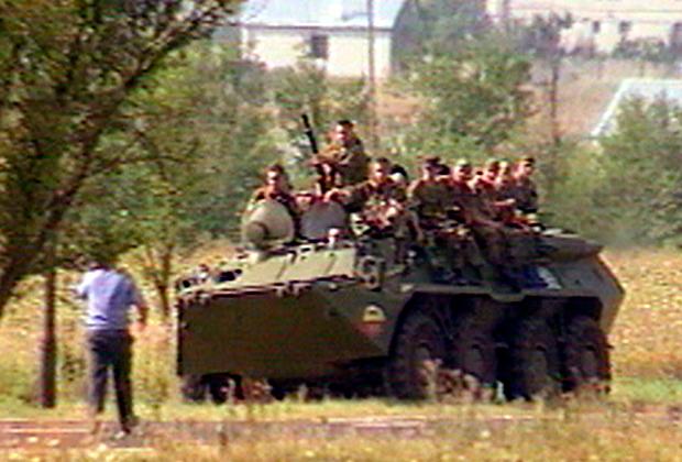 БТР с бойцами двигается в сторону аэропорта Минеральных Вод. 31 июля 2001 года