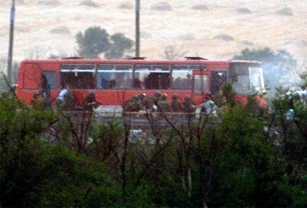 Спецназ «Альфа» идет на штурм захваченного автобуса. 31 июля 2001 года