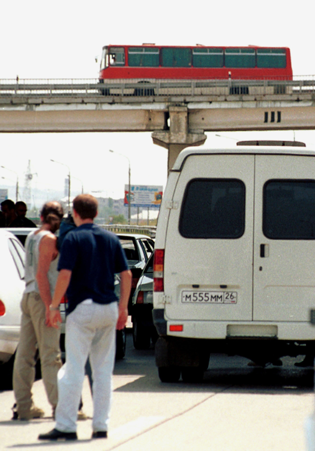 Захваченный автобус на эстакаде в аэропорту Минеральных Вод. 31 июля 2001 года