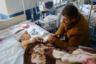 Житель столицы Нагорного Карабаха — Степанакерта — со своим маленьким сыном, раненным в результате обстрелов. Супруга мужчины тоже была ранена, их девятилетняя дочь погибла.  <br><br> Степанакерт, как и во время первой карабахской войны 1990-х, находится под постоянными обстрелами с земли и воздуха. Для горожан открыли бункеры, в городе часто звучит сигнал воздушной тревоги.