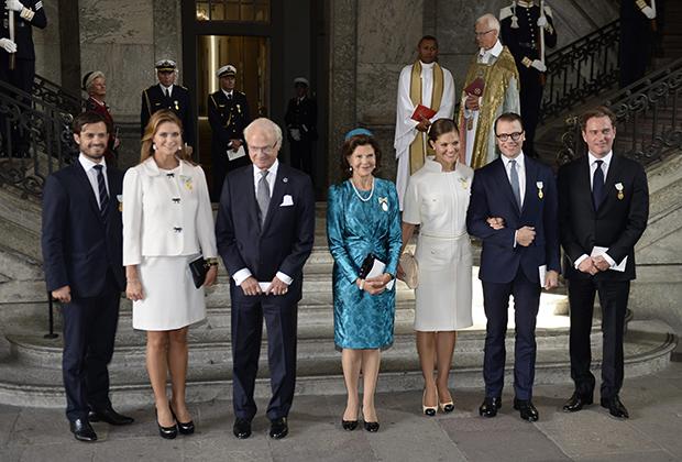Королевская семья Швеции позирует после службы в честь Дня благодарения в дворцовой часовне в Стокгольме, 15 сентября 2013 года