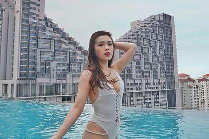 Самая красивая в мире стюардесса впечатлила фанатов откровенным фото в бассейне