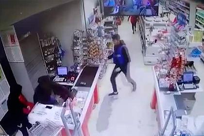 Российский кассир отбился от грабителей жвачкой, попал на видео и прослыл героем
