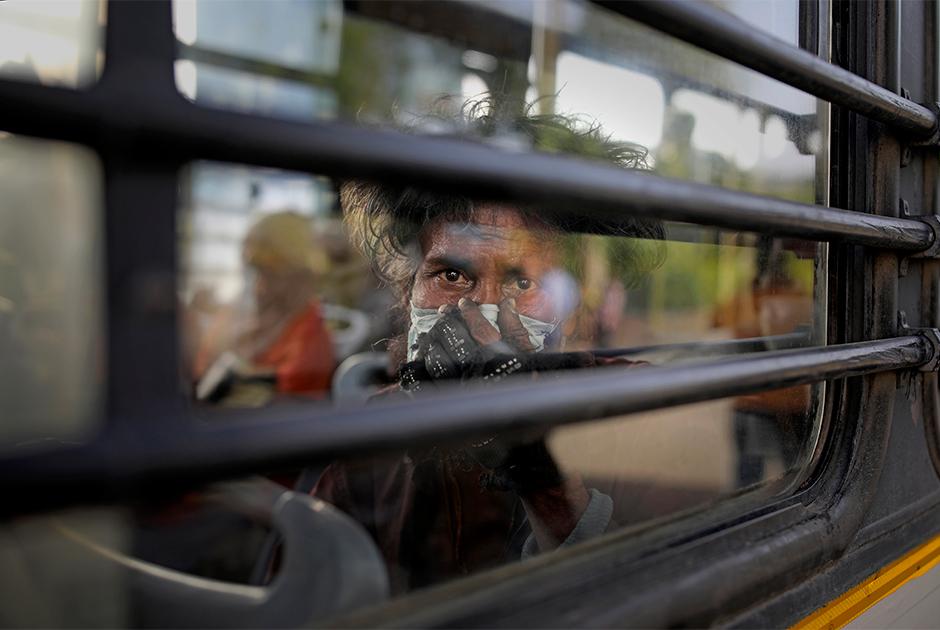 Бездомный индиец, которого власти переселили с берега реки Джамна во время локдауна в Нью-Дели
