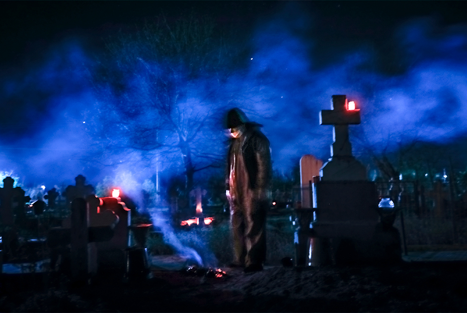 Женщина рядом с могилой брата в Румынии
