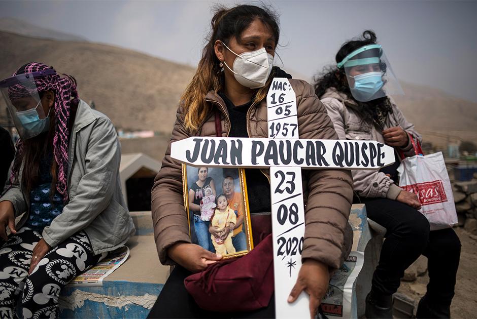 36-летняя Рут Моралес из Перу на похоронах мужа, умершего от последствий COVID-19