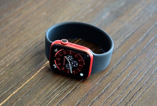 Apple Watch Series 6 в красном корпусе с монобраслетом