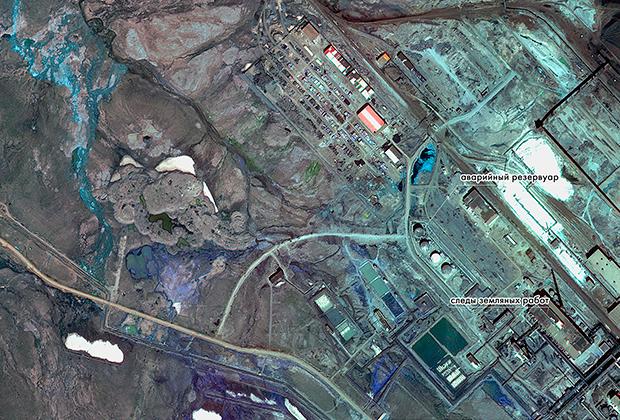 Спутниковый снимок с поясняющими метками, демонстрирующий место разлива дизельного топлива в Норильске. В результате повреждения одного из резервуаров хранения дизельного топлива на ТЭЦ-3 в Норильске произошла утечка около 21 тысячи кубометров топлива. Материал предоставлен пресс-службой «Роскосмоса». Изображение является раздаточным материалом, предоставлено третьей стороной. Только редакционное использование. Запрет на архивирование, коммерческое использование, рекламную кампанию.