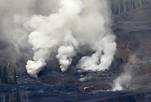 Столбы дыма из вентиляционных участков шахты «Распадская». Пожар в шахте не дает возможности возобновить операцию по поиску шахтеров, которых до сих пор не удалось обнаружить.