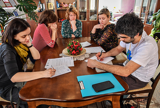 Психологи фонда «Арифметика добра» общаются со специалистами детского дома во Владимире