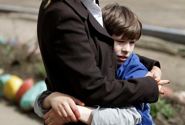 Воспитанник школы-интерната для слабовидящих и слабослышащих детей обнимает волонтера