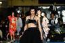 """Один из образов женской коллекции марки Alphonse Maitrepierre  на Неделе моды в Париже представил мужчина. Манекенщика одели в пышную черную юбку на высокой талии, трендовые серьги-кольца. На нем была наплечная сумка, которая внезапно стала нашейной и прикрыла его грудь. И если прошедшим летом в качестве топа <a href=""""https://lenta1.ru/news/2020/09/04/scarf/"""" target=""""_blank"""">стало</a> модно использовать шелковые платки, то на грядущий сезон модельеры Alphonse Maitrepierre предложили уже новый аксессуар."""