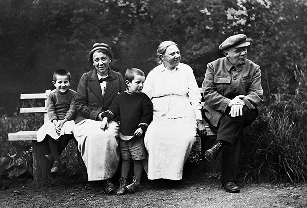 Ленин и Крупская в любимой усадьбе в Горках (ныне — Горки Ленинские)