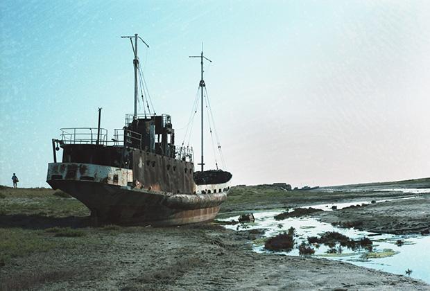 Рыбацкое судно на мели, бывшей когда-то Аральским морем