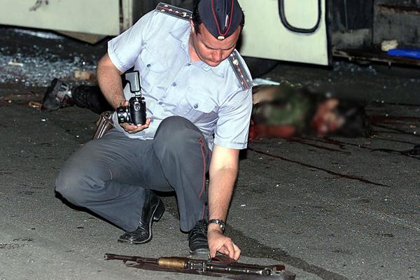 Милиционер осматривает автомат Султан-Саида Эдиева