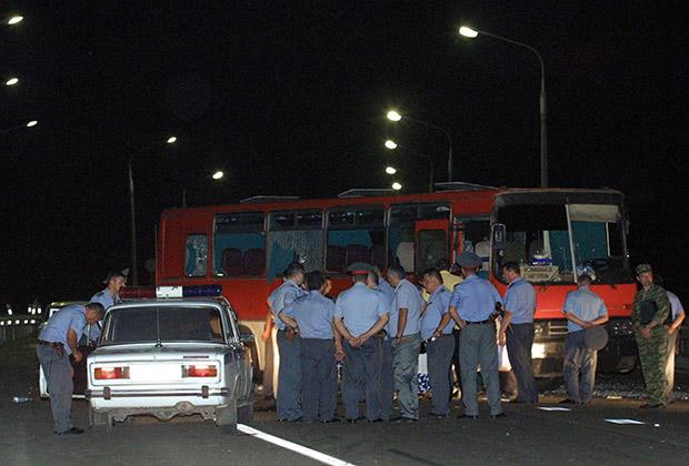 Милиционеры осматривают автобус. 31 июля 2001 года