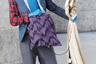 При выборе образа для Недели моды в Париже этот посетитель, вероятно, вдохновлялся Диким Западом и костюмами кантри-исполнителей. В качестве аксессуаров мужчина выбрал ковбойскую шляпу, очки-авиаторы, неизменные резиновые перчатки, а также странную установку с микрофоном, под покровом которой, судя по его наряду, должна скрываться игрушечная лошадиная голова.