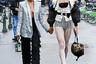 Развенчание гендерных стереотипов наблюдалось и на Неделе моды в Милане: девушки по-прежнему выглядят и ведут себя как мужчины, а их спутники для выходов в свет выбирают женственные наряды. Однако этому молодому человеку удалось привлечь внимание фотографов не только каблуками и декольте, но и оригинальной нижней частью костюма: колготки в крупную сетку мужчина надел поверх мини-шорт. Его подруга осталась верна трендам минувшего года и надела сверкающий пиджак на голое тело.