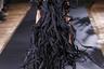 Пока другие модельеры пытались впечатлить публику вереницей манекенщиков в юбках, команда японского Yohji Yamamoto пошла еще дальше и представила своим гостям собственную интерпретацию демонического существа из книг про Гарри Поттера. И хотя внешне модель вовсе не похожа на Дементора, ее платье, напротив, ассоциируется именно с депрессивным образом персонажа.