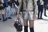 Блестящие мини-шорты, колготки в сетку, гольфы и шляпка с кошачьими ушами — казалось бы, типичные атрибуты молодой парижанки, пожелавшей заглянуть на модное шоу Hermes. Однако в таком виде на Неделе моды появился мужчина, который явно решил бросить очередной вызов гендерным стереотипам. Свой костюм посетитель дополнил актуальными массивными кроссовками ugly shoes и сумкой с пушистым брелоком.