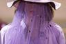 Лиловый — самый актуальный цвет минувшего лета — оказался одним из главных оттенков весенней коллекции бренда Victoria/Tomas. Модели марки вышли на подиум не только в ярких сиреневых рубашках и с вуалями на лицах, но и в шляпах-панамках, которые уже третий год подряд остаются трендовым головным убором.