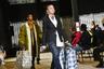 """О всем известном аксессуаре из 90-х — клетчатой «сумке челнока» — впервые <a href=""""https://lenta1.ru/news/2017/11/24/new_bag/"""" target=""""_blank"""">напомнил</a> миру модный дом Dolce & Gabbana еще в 2017 году. Вскоре тренд полюбился мировым знаменитостям, в частности, Виктории Бекхэм, и люксовым маркам, таким как японский Comme des Garcons.  <br> <br> На парижской Неделе моды в 2020 году свое видение внедрения клетчатой сумки в повседневные образы показали дизайнеры миланского бренда Xuly Bt. Многослойные наряды их моделей больше напоминали одежды кочевников: мужчины и женщины выходили на подиум в пуховиках, джинсах, классических пиджаках и с огромными сумками в руках."""