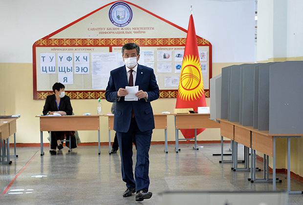 Президент Сооронбай Жээнбеков голосует