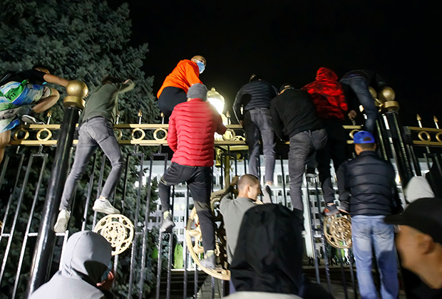 Штурм резиденции парламента и главы государства в Бишкеке