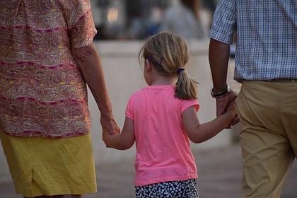 В Госдуме захотели юридически приравнять бабушек и дедушек к родителям