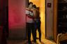 Фотограф Карломан Масидиано Сеспедес Риохас — гей-иммигрант из Перу, который долгие годы проживает в Аргентине. Как и он, люди с нетрадиционной сексуальной ориентацией в поисках свободы бегут из стран Латинской Америки в Буэнос-Айрес, столицу Аргентины.  <br> <br> На снимке запечатлен колумбиец, уехавший из родного города. «Я встречаюсь с Пабло уже восемь лет, но моя семья, которая живет в Колумбии, до сих пор думает, что он просто друг», — рассказал герой проекта фотографу.