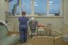 В марте 2018 года ведущий хирург-онколог России Андрей Павленко узнал, что у него рак желудка третьей стадии. Он решил публично рассказывать о том, через какие трудности проходит в борьбе с болезнью. Уникальная история пациента и одновременно хирурга-онколога сделала Павленко рупором для голосов сотен тысяч онкобольных России. Фотограф Ксения Иванова из Петербурга запечатлела его борьбу. <br> <br> Снимок сделан в ноябре 2019 года в клинике имени Пирогова. Специалисту провели операцию, однако компьютерная томография показала, что болезнь прогрессирует и что через несколько месяцев он умрет. Весь путь с доктором проходила его семья: жена Анна и трое детей. Андрей Павленко скончался в январе 2020 года.