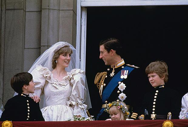 Принцесса Диана и принц Чарльз в день свадьбы на балконе Букингемского дворца