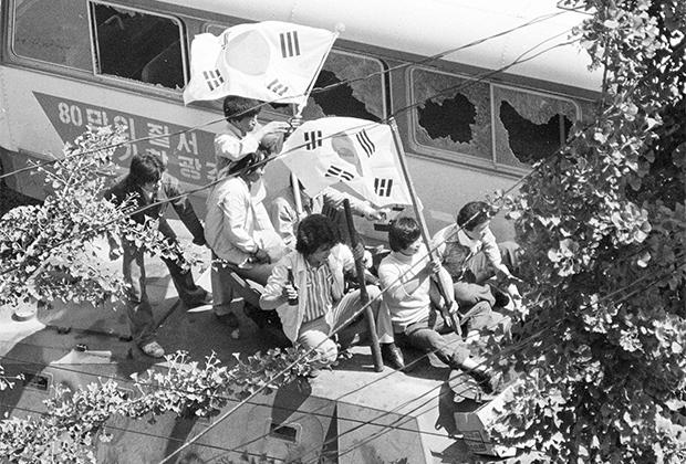 Протестующие против правительства за автобусом-баррикадой. Кванчжу, 1980 год