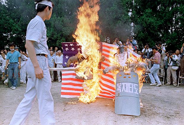 Студенты жгут чучела Чон Ду Хвана и его предполагаемого преемника Ро Тхэ У. Сеул, 1987 год