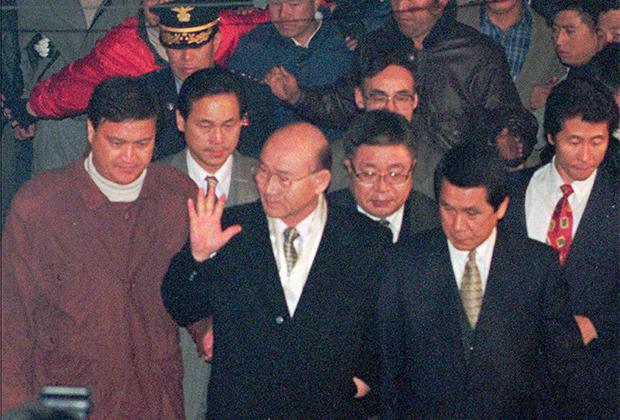 Бывший президент Чон Ду Хван (в центре) в 1995 году