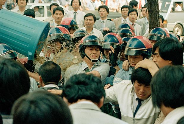 Оппозиционеры выливают воду с мусором на сотрудников спецподразделений полиции, 1987 год