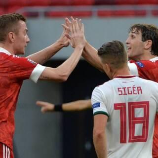 Андрей Семенов (слева) и Марио Фернандес (справа) в матче с Венгрией