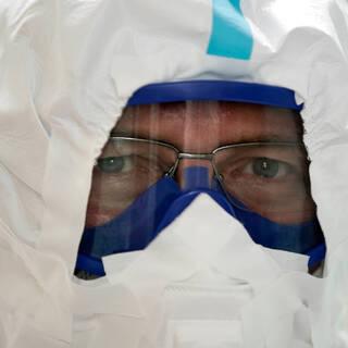 Главврач Тверской областной клинической больницы Сергей Козлов в защитном костюме в стационаре для больных с коронавирусной инфекцией.