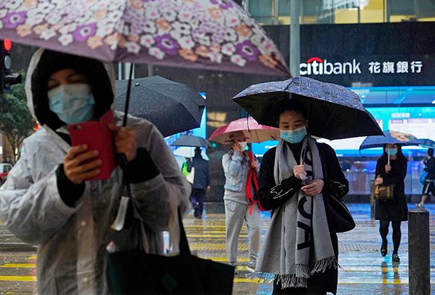 Люди в масках на улицах Гонконга, февраль 2020 года