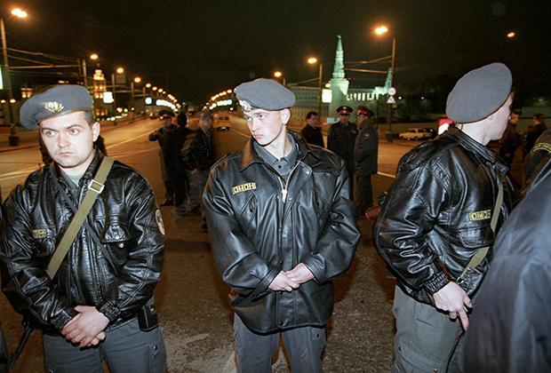 Милиционеры в оцеплении Большого Москворецкого моста