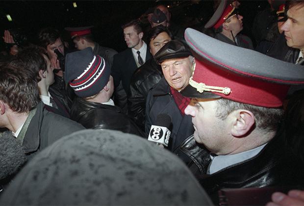 Мэр Москвы Юрий Лужков дает интервью после завершения освободительной операции на Красной площади