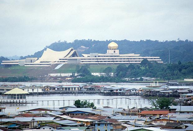 Бруней празднует обретение независимости от Великобритании, 1984 год. Вид на недавно построенный дворец султана Брунея Нурул-Иман