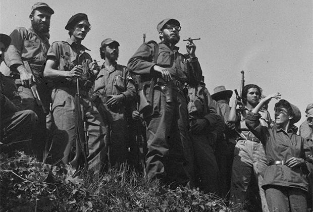 Фидель Кастро с солдатами, 1959 год