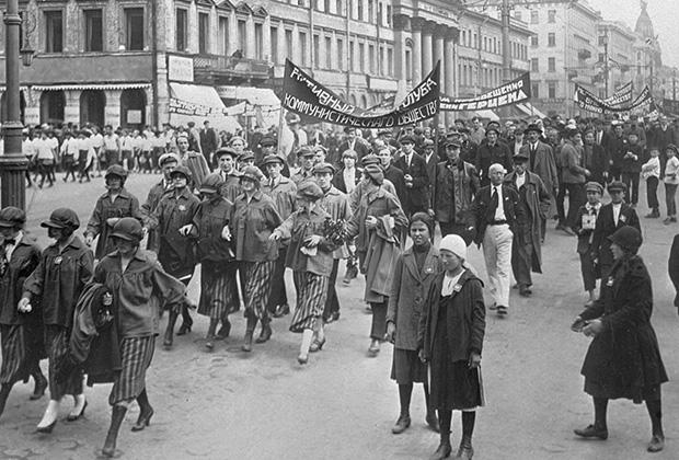 Жители Ленинграда на Дне первого праздника Советской культуры. 1926