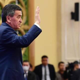 Сооронбай Жээнбеков выступает в парламенте после своей отставки
